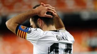 Gayà se lamenta durante un partido del Valencia.