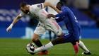Benzema trata de zafarse de la marca de Rudiger en Stamford Bridge
