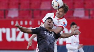 Casemiro y Luuk De Jong pugnan por un balón aéreo en el partido de...
