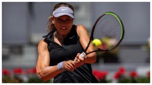 Paula Badosa devuelve la bola a la australiana Ashleigh Barty durante...