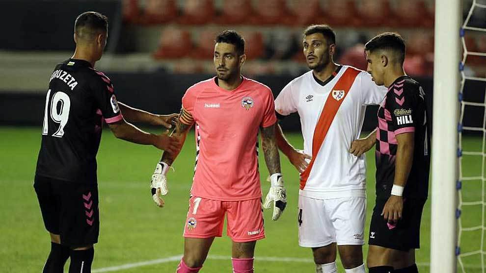 Ian Mackay, junto a Yacine Qasmi, en el partido del Sabadell en  Vallecas