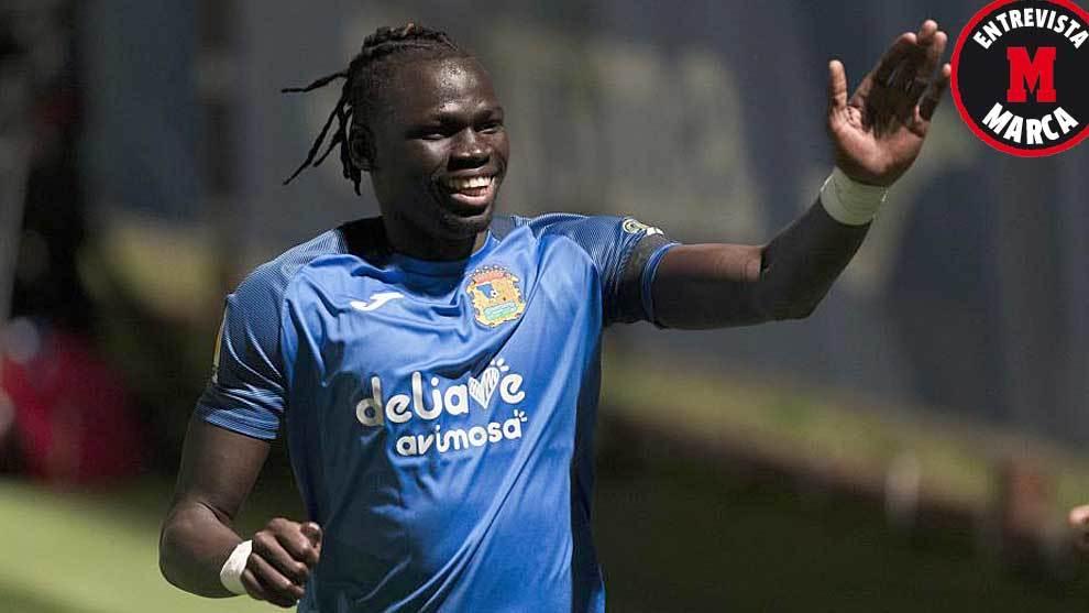 Pathé Ciss celebra uno de sus tres goles de esta temporada con el...