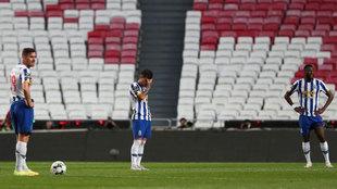 Los jugadores del Oporto, cabizbajos.