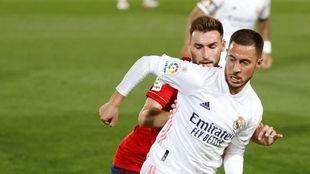 Jon Moncayola presiona a Hazard en el último partido de Liga de...