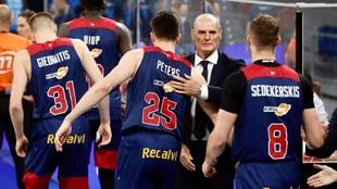 Dusko Ivanovic salud a sus jugadores antes de un encuentro.
