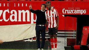 Marcelino, en un gesto cariñoso con Nico Williams antes de darle...