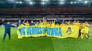 Los jugadores del Villarreal celebran su pase a la final de la Europa...