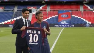 Neymar, en su presentación con el PSG junto a Nasser al Khelaifi.