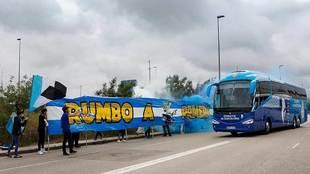 Aficionados del Espanyol despidieron ayer al autocar de su equipo...