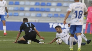 Aitor Sanz, desde el suelo y junto al balón, en un lance del partido...
