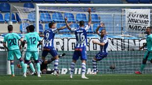 Los jugadores del Alavés reclaman gol en la jugada del 2-2.