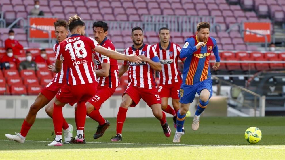 Leo Messi rodeado de jugadores del Atlético en el partido del Camp...
