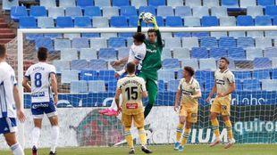 Diego López atrapa un balón aéreo con autoridad ante el intento de...