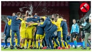 El grupo del Villarreal celebra sobre el césped del Emirates su paso...