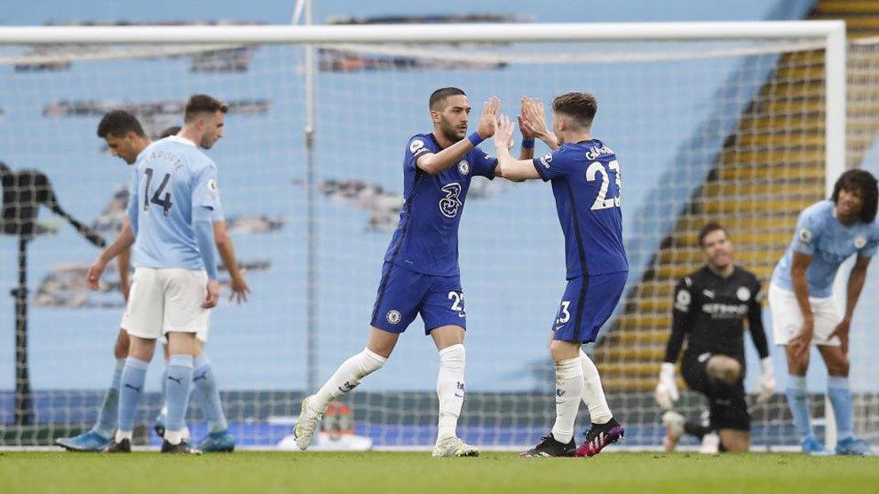 Los jugadores del Chelsea celebran el gol de Ziyech.