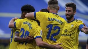 Los jugadores del Cádiz celebran uno de los dos goles que han marcado...