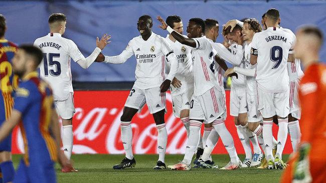 Los jugadores del Madrid celebran un gol en el Clásico