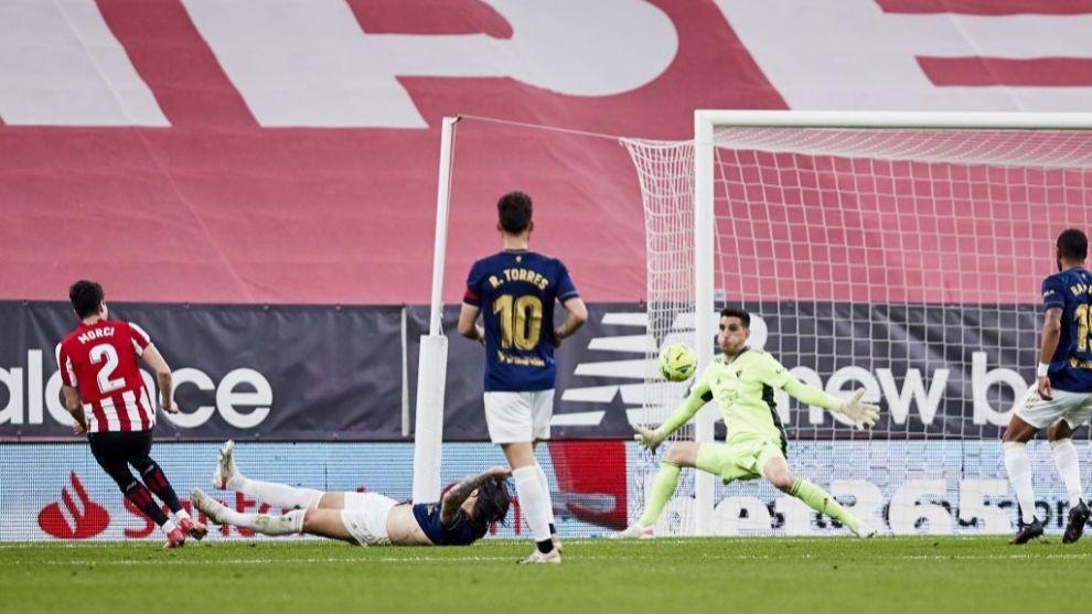 Morcillo remata ante Sergio Herrera para marcar el 1-0. /