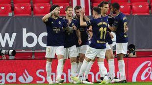 Los jugadores de Osasuna celebran un gol ante el Athletic.