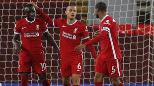 Mané, Thiago y Wijnaldum celebran uno de sus goles al Southampton.