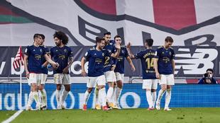 Los jugadores de Osasuna celebra un gol en San Mamés