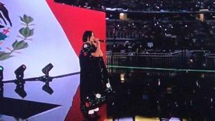 Ángela Aguilar canta el Himno Nacional mexicano.
