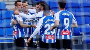 Raúl de Tomas celebra un gol junto a sus compañeros