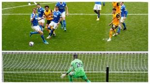 Adama Traoré marcar el 1-1 del Wolverhampton contra el Brighton.