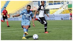 Luis Muriel anota uno de sus dos goles contra el Parma.