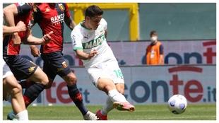 Giacomo Raspadori anota su gol contra el Genoa.
