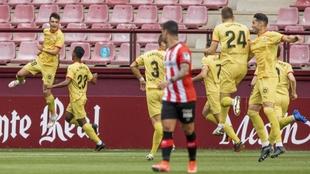 Los jugadores del Girona celebran el gol de Arnau Martínez ante la...