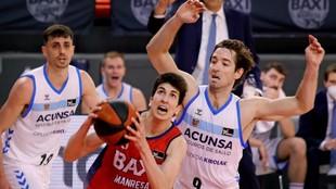 Marc Peñarroya con el balón ante Mikel Motos y Pere Tomàs.