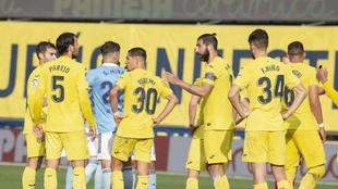 Los jugadores del Villareal protestan una decisión de Medié.