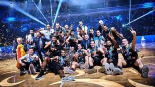 Los jugadores del Hereda San Pablo Burgos celebran el triunfo en la...