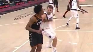 Luka Doncic golpea a Collin Sexton durante el partido entre Mavericks...
