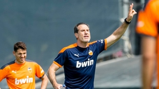 Voro dirige un entrenamiento en la ciudad deportiva del Valencia.