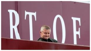 Ole Gunnar Solskjaer observa atentamente el partido ante el Aston...