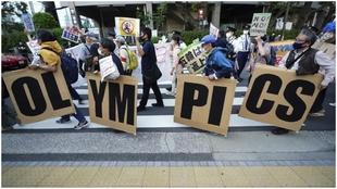 Varios manifestantes en una concentración contra los Juegos.