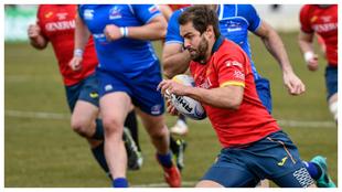 Un jugador español corre con la pelota durante el partido frente a...