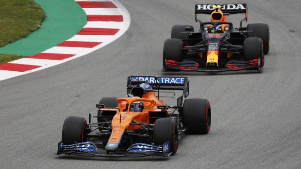 Pérez, detrás de Ricciardo, en Barcelona.