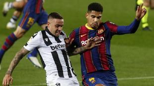 Roger y Araujo pugnan por un balón en el partido de ida.