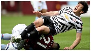 Harry Maguire cae al suelo tras una dura entrada de Anwar El Ghazi.