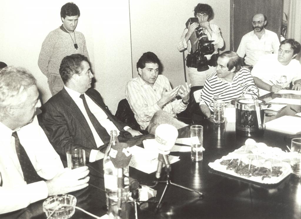 De la Morena, de pie, y García, sentado a la izquierda de Gordillo, haciendo periodismo.