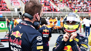Checo Pérez con su equipo en Red Bull.