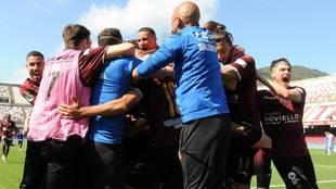 Los jugadores de la Salernitana celebran el ascenso.