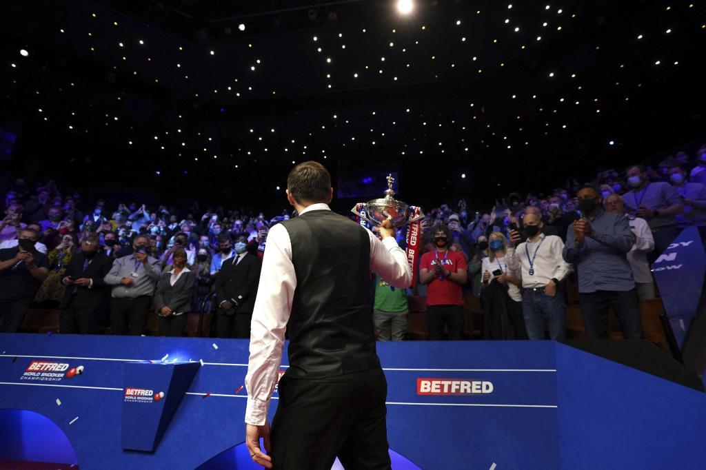 Mark Selby es aplaudido por los aficionados tras ganar el World Snooker Championships en el Crucible Theatre de Sheffield.