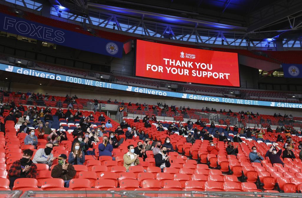 Fans viendo la semifinal de la FA Cup entre Leicester City y Southampton en el Wembley Stadium.
