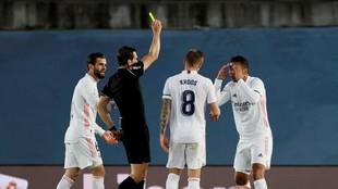 Nacho, Kroos y Casemiro rodean a Martínez Munuera tras amonestar al...