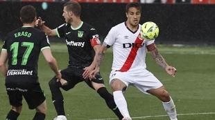 Trejo intenta hacerse con el balón ante la presencia de Rubén...