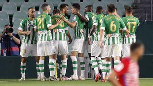 Los jugadores del Betis, celebrando el 1-0